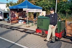 Dirk mit der Feldbahnlok DL6/V23 vor dem VVM Info-Stand