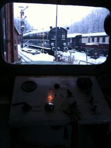 Blick durch das Führerhausfenster der V14 in das winterliche Aumühle