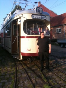 Andreas vor dem Kieler DUEWAG-Großraumwagen 241