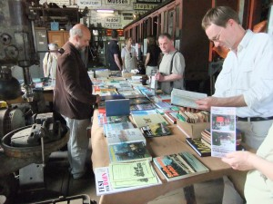 Harald am Bücherstand im Lokschuppen am Ostermontag 2011