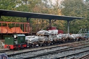Feldbahngüterzug mit Wegeplatten