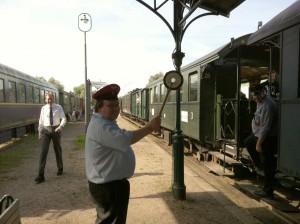 Andreas gibt das Abfahrsignal für Zug P11.