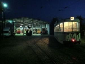 Die Straßenbahnen fahren bis spät in die Nacht.