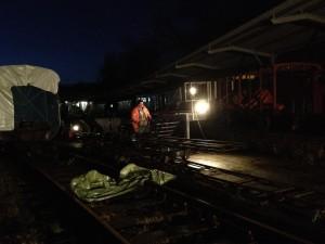Gleisbau bei Dunkelheit