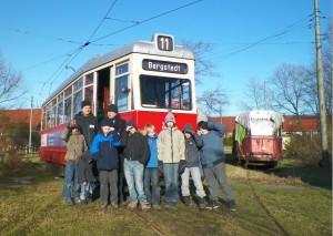 Geburtstagsgruppe mit Straßenbahn und Fahrern