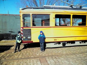 Wagen 354 mit Kreidetafel und Künstler