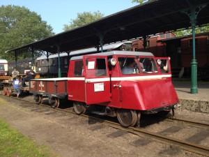 Motordraisine mit Güterwagen vor der Abfahrt