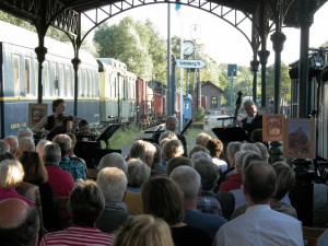 Wagners Salonquartett spielt unter der Bahnsteigüberdachung