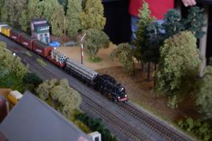 Ein von einer Dampflok gezogener Güterzug auf der Modellbahnanlage