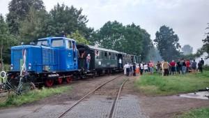 Vom Zug aus und davor beobachten die Fahrgäste der ausgebuchten Sonderzüge das Spektakel