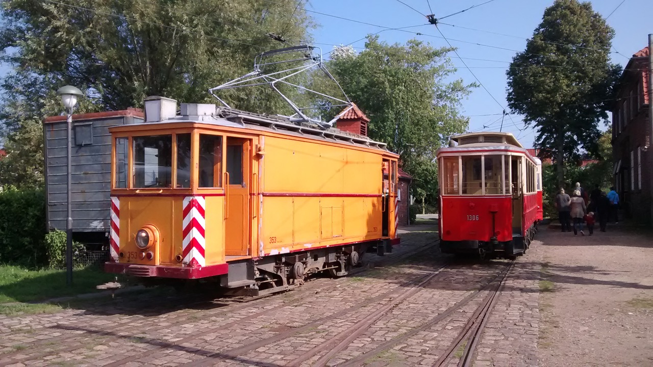 """Kieler """"Schienenstaubsaugers"""" 353 mit dem V2-Beiwagen 1306."""