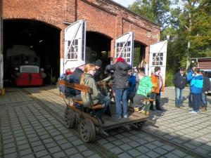 Als Ziel für die Exkursion der Jugendwoche wurde in diesem Herbst  der VVM-Standort in Aumühle ausgewählt. Neben ausführlichen Erläuterungen der Exponate kamen natürlich Fahrten mit der Draisine und der Feldbahn nicht zu kurz. (Photo: Detlef Schulze-Hagenest)