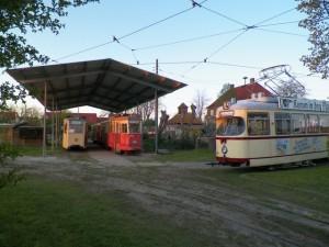 Schließlich steht der V6-Zug auf seinen Platz und ist hier in Gesellschaft mit dem Lübecker Verbandstriebwagen 249 und dem Kieler Düwag 241 zu sehen. Jetzt muss die äusserliche Wiederherstellung beginnen!