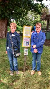 Zwei 12-jährige Nachwuchsschaffner (Hannes und Aron) flankieren unsere Fahrplaninformation im Bahnhof Schönberg. (Photo DSH)