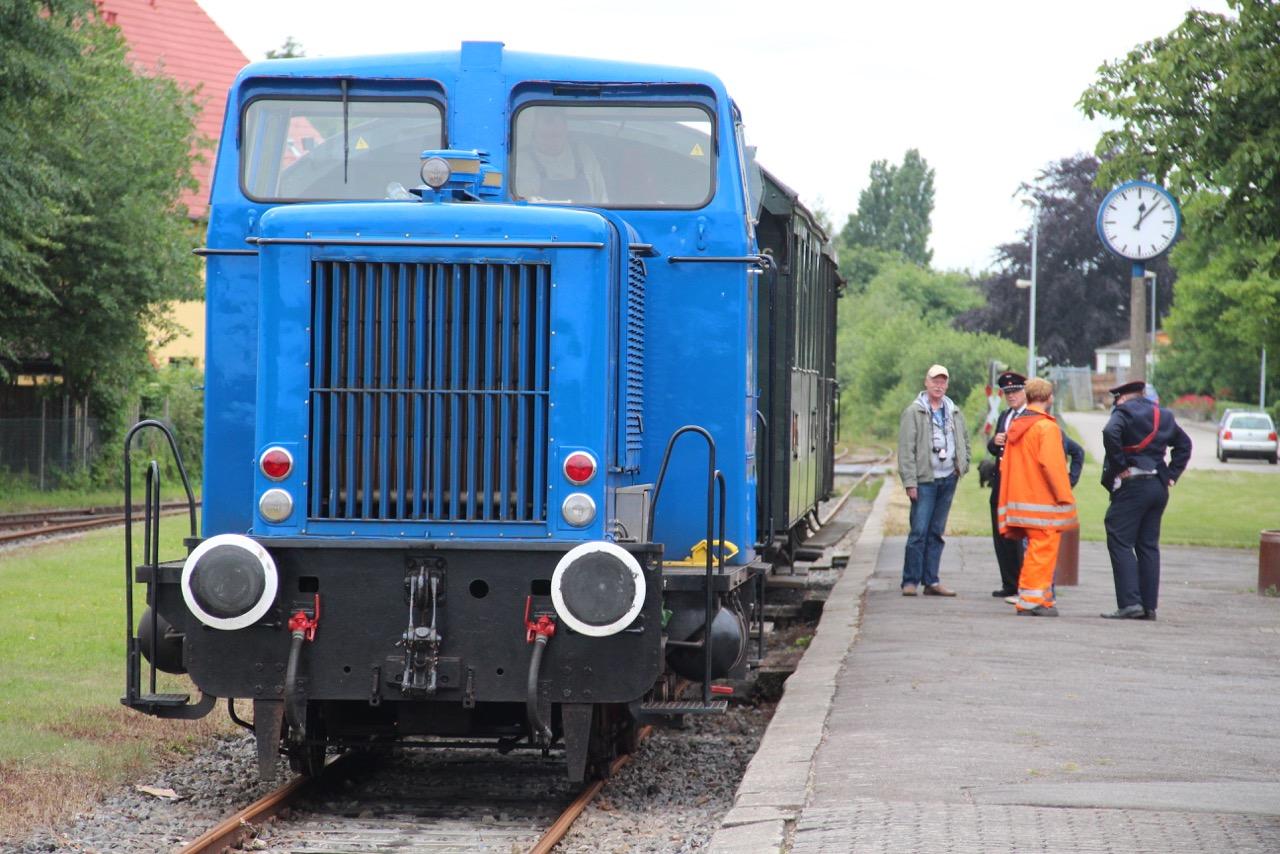 """Der """"alte """"Fahrplan forderte einen längeren Aufenthalt in Schönberg. Nach den umfangreicheren Rangierarbeiten war auch hier etwas Zeit bis zur Abfahrt. (MaBo-Photo)"""