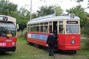 Die letzte Hamburger Strassenbahnlinie, die vor 40 Jahren noch fuhr und ihr Nachfolger ein O305G waren auch präsent und umlagert. (MaBo-Photo)