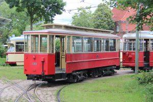 Zu guter Letzt gab es dann auch bei der Strassenbahn noch Rangiermanöver, die einen Beiwagen-Einsatz erforderten. Die Schleswig-Holstein-Flagge auf dem Kieler Düwag lugt noch um die Ecke. (MaBo-Photo)
