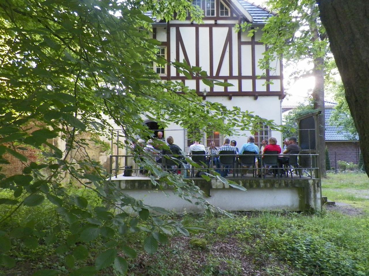 """Vereinstreffen auf der """"Terrasse"""" des Kleinbahnmuseums Wohldorf."""