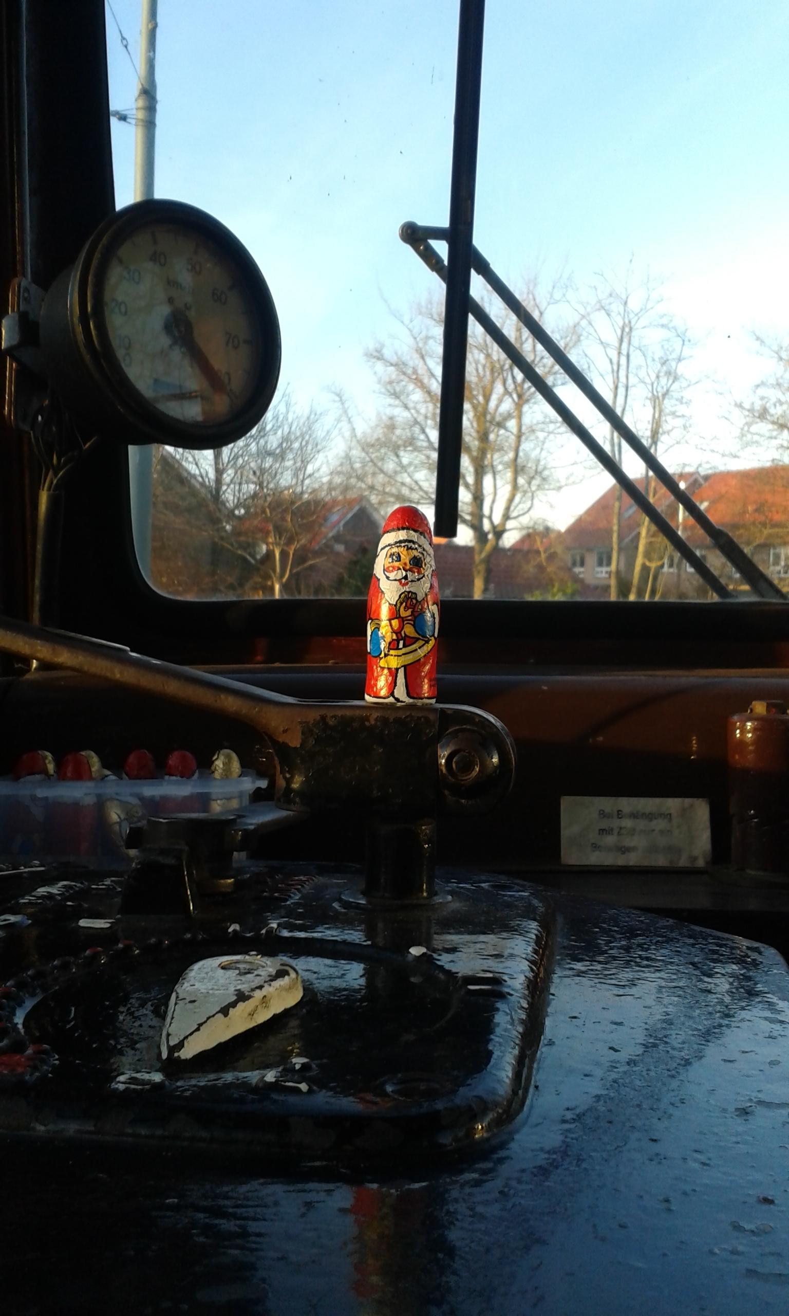 Der Weihnachtsmann an der Kurbel des Wagen V3 2970