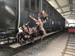 Steampunk-Fotomodells an einem preußischen Abteilwagen