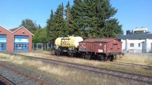 Zwei historische Güterwagen auf Gleis 4 in Schönberg